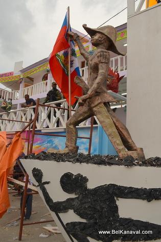 Gonaives Kanaval 2014 - Yon Statue Dessalines Devan Stand La Presidence la...